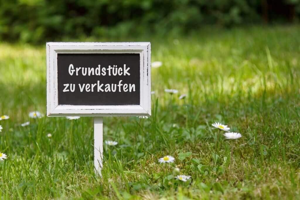 Schild Grundstück-zu-verkaufen